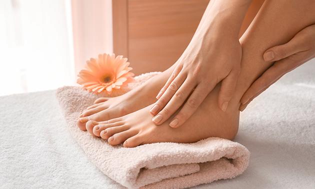 Manicure- of pedicurebehandeling (60 min)