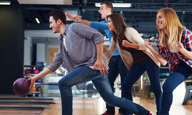 2 spelletjes bowlen voor 6 personen + bittergarnituur