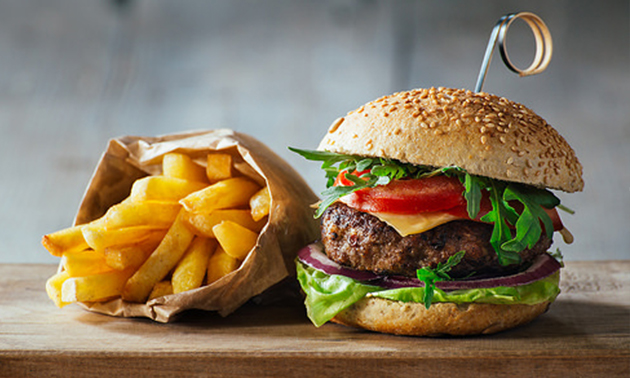 Gourmetburger à la carte + friet + sla bij Café Manger