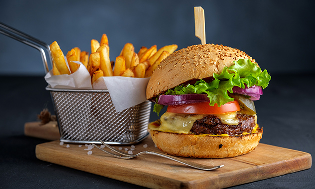 Afhalen: burger of hotdog naar keuze + friet + fris