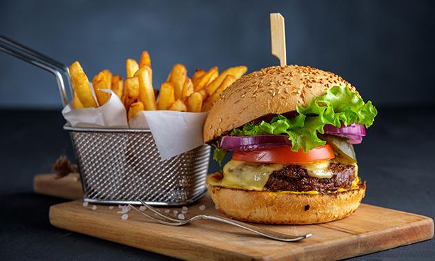 Luxe burger naar keuze + friet + saus