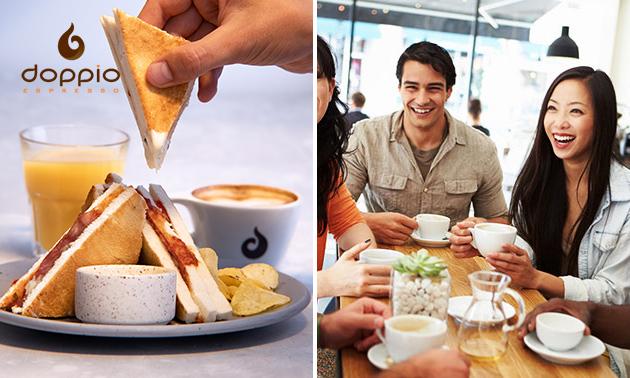 Luxe tosti + jus d'orange + warme drank bij Doppio