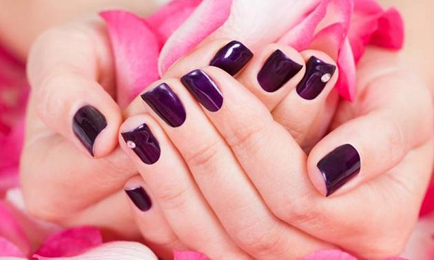 Manicurebehandeling of nieuw set gelnagels