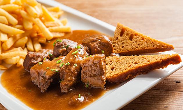 Thuisbezorgd of afhalen: friet + vleesgerecht naar keuze + saus