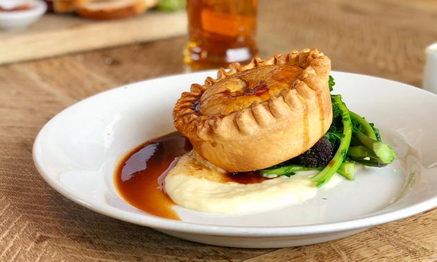 Afhalen: Britse pie naar keuze + puree + saus