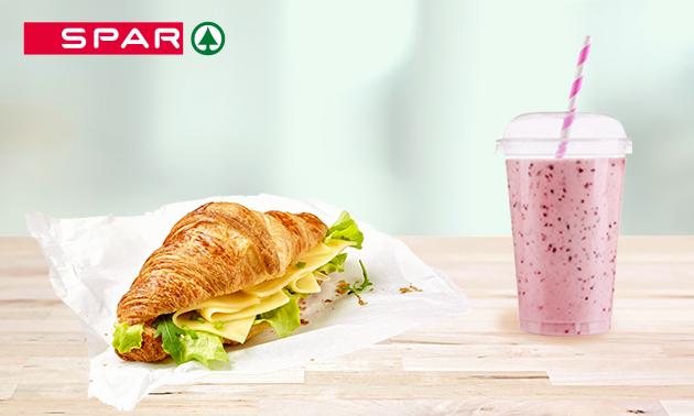 Ontbijt met croissants, sap en koffie bij SPAR City